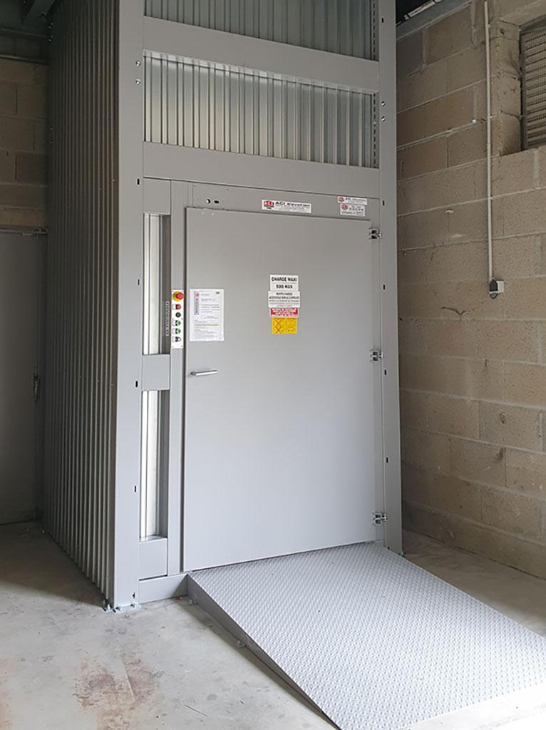 Habillage et rampe d'accès de monte-charges