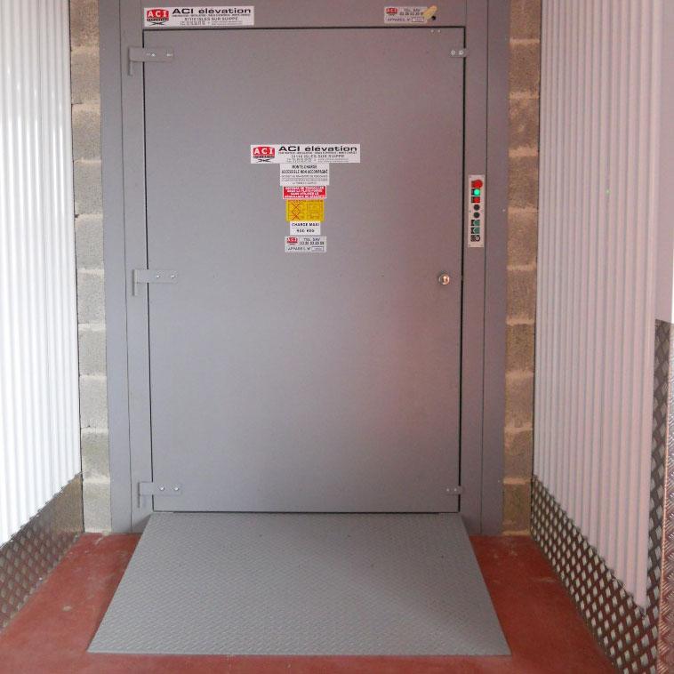 Porte et rampe pour monte-charges