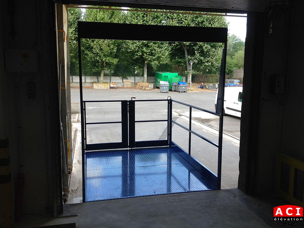 Tables élévatrices de quai TSC 20 avec portique, rambarde et portillon