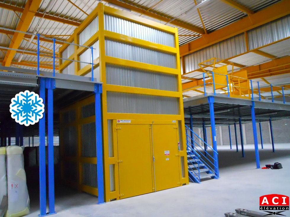 Monte-charge en environnement grand froid pour entrepôt frigorifique